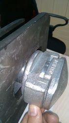 Блокирующее устройство фитинг твистлок для контейнеровозов.